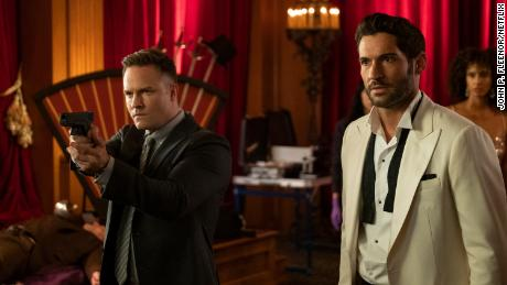 Scott Porter y Tom Ellis en 'Lucifer'  que pasó de Fox a Netflix.