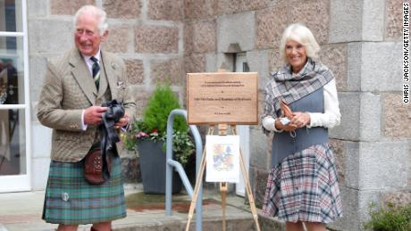 The pair unveil a plaque to commemorate the opening of the Ballater Community and Heritage Hub on August 31, 2021.