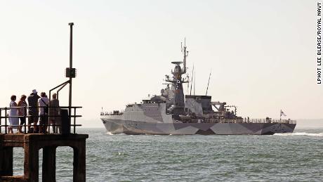 Los buques de guerra británicos han sido pintados al estilo de la Primera Guerra Mundial & quot; deslumbrar & quot;  manera, lo que estaba destinado a hacer que los barcos fueran más difíciles de rastrear en ese momento.