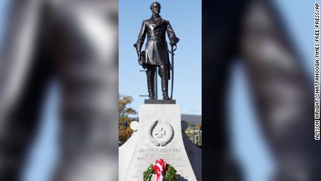 La estatua del general Joseph E. Johnston mira a una multitud de Dalton durante un evento de 20102.