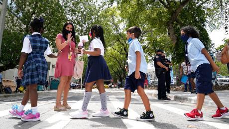 El gobernador de Florida, Ron DeSantis, presenta una apelación de emergencia sobre los mandatos de máscaras escolares