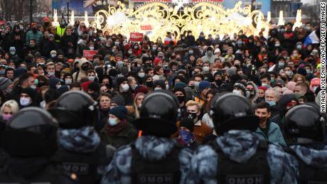 लोग जनवरी में मॉस्को शहर में नवलनी के समर्थन में एक रैली में शामिल होते हैं।