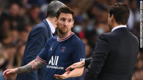 Lionel Messi gestures towards Mauricio Pochettino after being substituted.