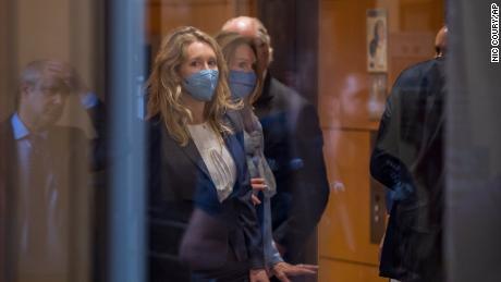 Exdirector de laboratorio que ayudó al reportero a revelar la historia de Theranos dice que quería 'alertar al público'