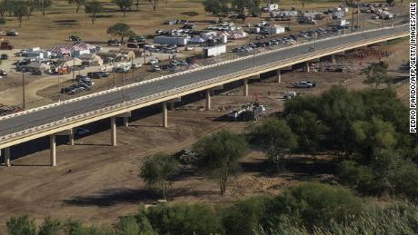 Aerial view of the Ciudad Acuna-Del Rio International Bridge over the Rio Grande on September 24, 2021 পর after the immigrants' camp was cleared