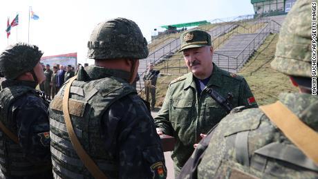 Lukashenko, aquí con tropas cerca de las fronteras de Polonia y Ucrania, se pinta a sí mismo como un hombre fuerte.
