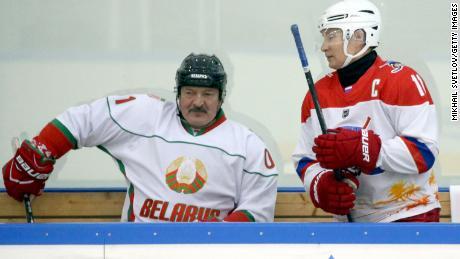 Lukashenko asistió a un partido de hockey con su aliado, el presidente ruso Vladimir Putin, en Sochi, Rusia, en 2020.