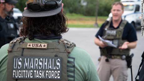 Agentes de la Fuerza de Tarea Fugitiva Metropolitana del Servicio de Alguaciles de EE. UU. (MFTF) durante la operación.