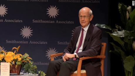 El juez Breyer dice que volver a los argumentos en persona de la Corte Suprema es una 'gran mejora'