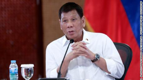 Filipinai sako, kad ištirs daugiau nei 150 policijos pareigūnų dėl Dutertės mirtino narkotikų karo