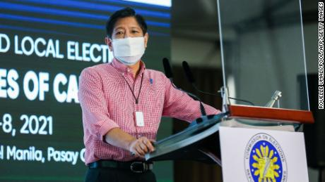 Buvęs Filipinų senatorius Ferdinandas & quot; Bongbong & quot;  Buvusio diktatoriaus Ferdinando Marcoso sūnus Marcosas jaunesnysis kalba po to, kai spalio 6 d.