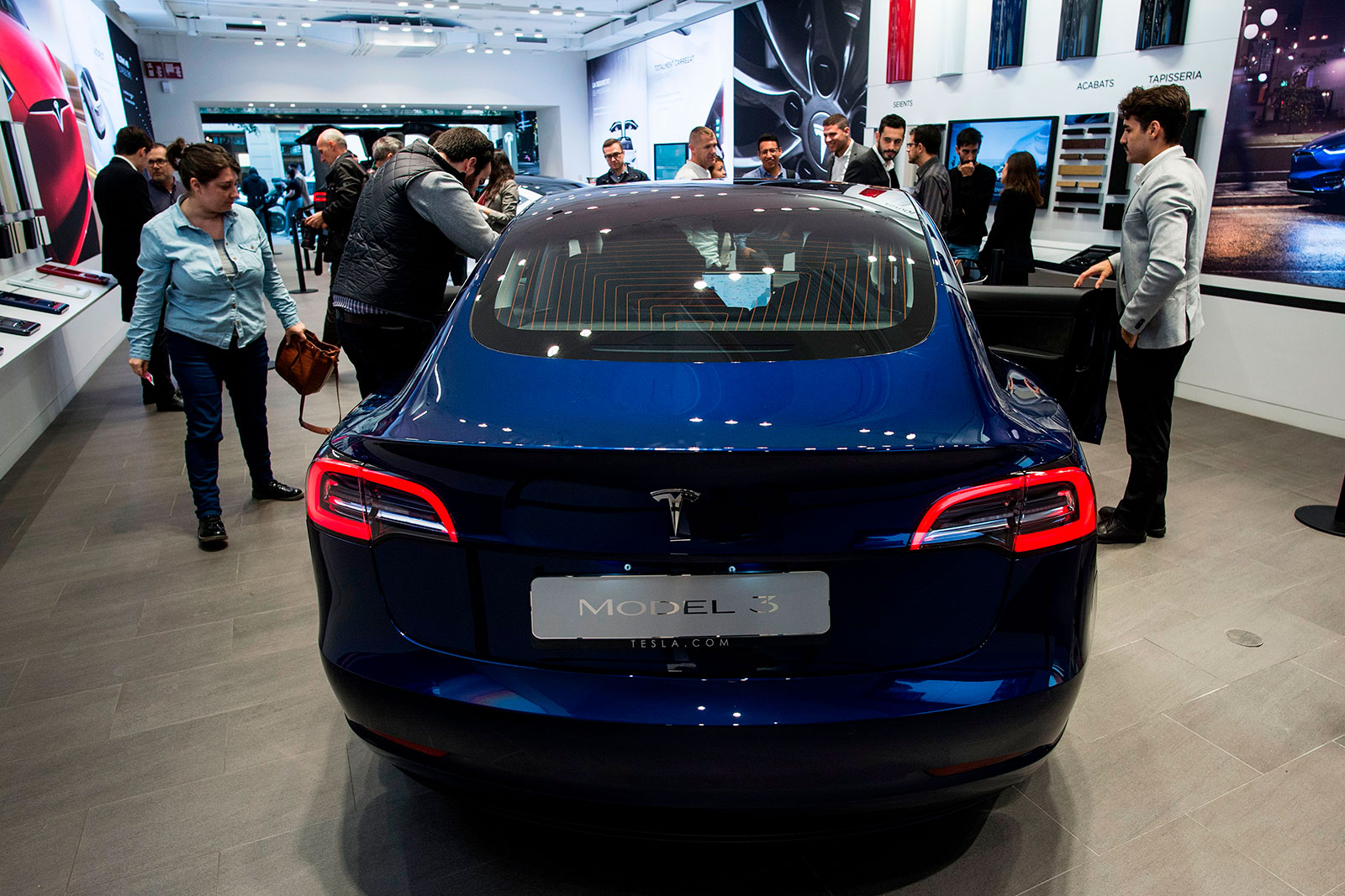 Closing dealers and</br> a cheaper Model 3