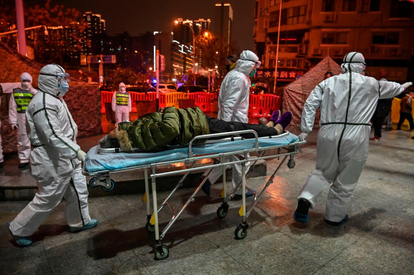 Нэгдүгээр сарын 25. Эмнэлгийн ажилтнууд БНХАУ-ын Ухань хотын Улаан загалмайн эмнэлэгт өвчтөнөө авчирч буй байдал.  Коронавирусний тухай анхны мэдээ Хятадын төв хэсгийн Хубэй мужийн 11 сая хүн амтай Вухан хотоос эхлэлтэй... /Photo by Hector Retamal/