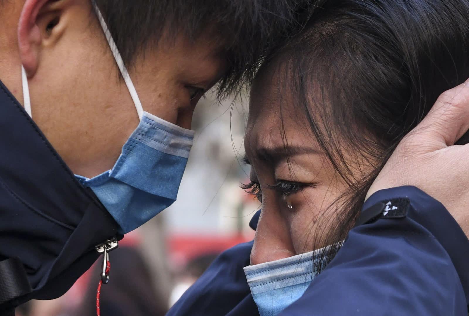 1 дүгээр сарын 28.  Хятадын Өрөмч хотод Лю Жун хайртай хүнтэйгээ салах ёс гүйцэтгэж байна. Тэрбээр БНХАУ-ын Ухань хотыг зорих эмнэлгийн багийн бүрэлдэхүүнд багтжээ. /Photo by Chine Nouvelle/