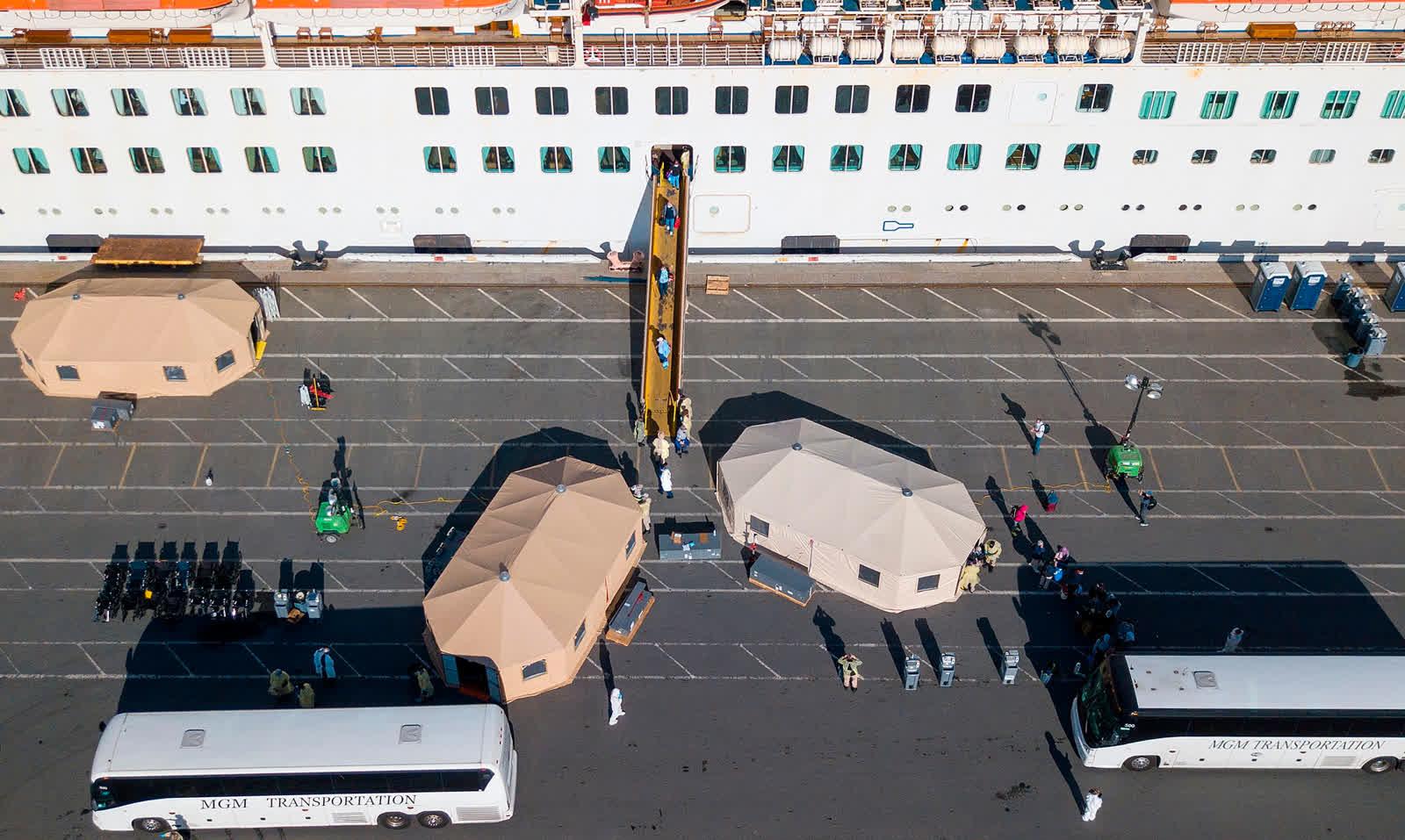 3 дугаар сарын 10: АНУ-ын Калифорни муж. Олон хоногоор тусгаарлагдсан байсан зорчигчдыг онгоцноос буулгаж буй дүр зураг /Photo by Josh Edelson/