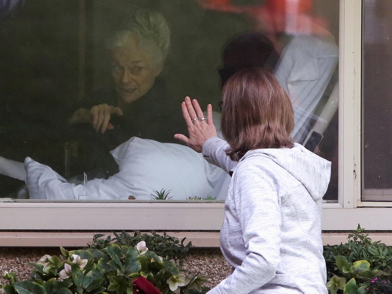3 дугаар сарын 11: АНУ-ын Вашингтон мужийн Киркландад байрлах асрамжийн газарт Лори Спенсер гэгч эмэгтэй өөрийн ээж 81 настай Жуди Шэйптэй уулзаж байна. Энэ газар АНУ-д гарсан коронавирусний дэгдэлтийн эхний голомт болсон бөгөөд шинжилгээний хариу эерэг гарсан хүмүүсийн дунд Shape багтжээ. Тэрбээр одоо бол эдгэрсэн. /Photo by Jason Redmond/