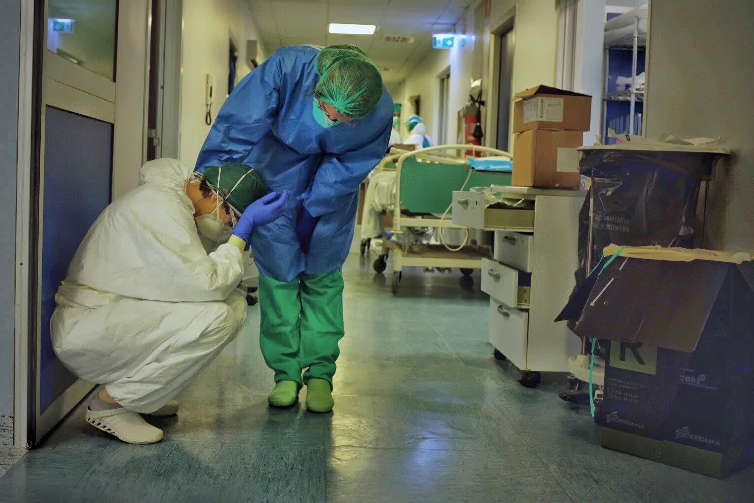 3 дугаар сарын 13: Италийн Кремона дахь эмнэлгийн сувилагчийн сэтгэл эмзэглэм агшин...  /By Paolo Miranda/