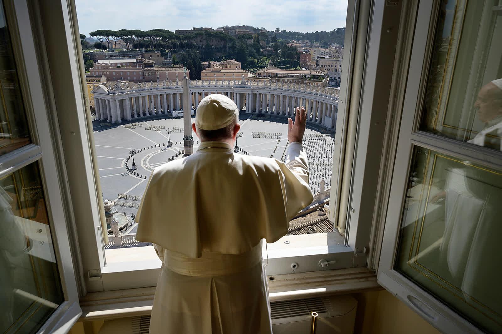3 дугаар сарын 15: Ватикан дах хоосон Гэгээн Петрийн талбай. Коронавирусний халдварын дэгдэлтээс шалтгаалан Ромын Пап Гэгээн хутагт Францис хоосон, эл хуль талбай руу гараараа даллан адислалаа хүргэж байна. Учир нь энэ үед олон улс оронд бүх нийтийн хөл хорио тогтоосон цаг үе байв. /Photo by Vatican News/
