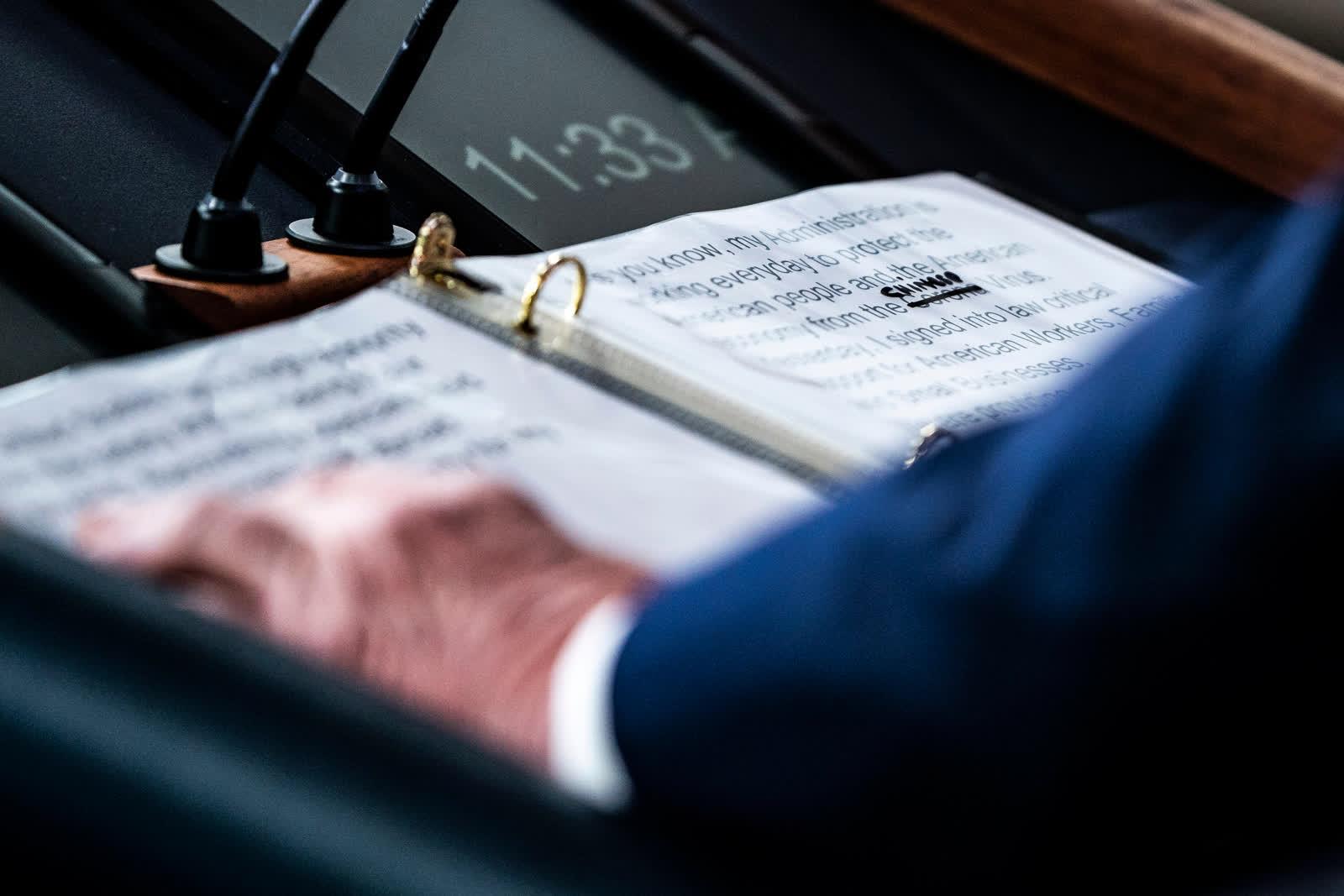 """АНУ-ын Ерөнхийлөгч Дональд Трампын бичсэн тэмдэглэлээс Цагаан ордонд коронавирусний талаар ярихдаа """"Корона"""" гэсэн үгийн оронд """"Хятад"""" гэж орлуулсныг харж болно. /Photo by Jabin Botsford/"""