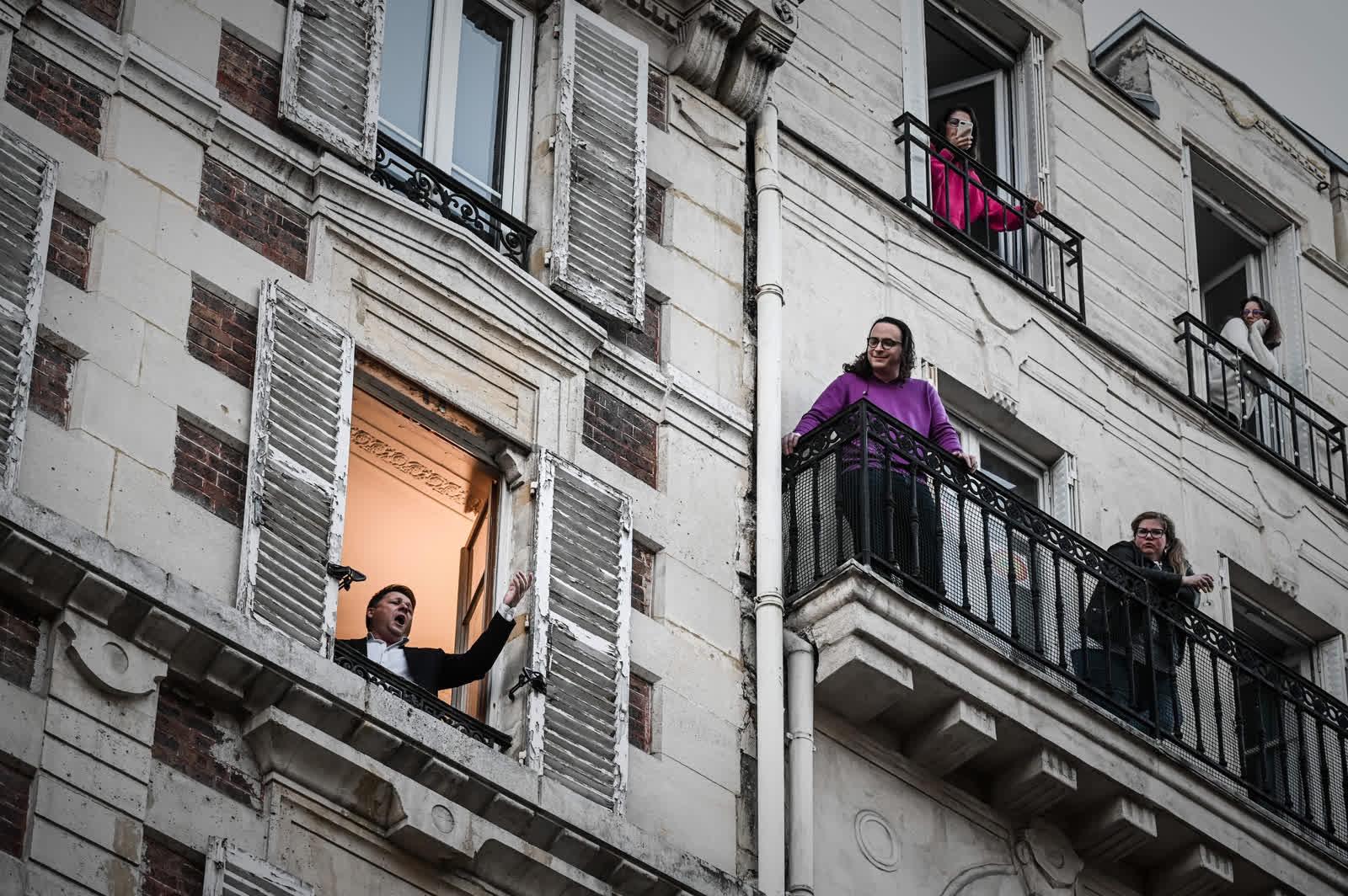 3 дугаар сарын 26. Дуурийн дуучин Стефан Сенечал Парист байрныхаа цонхоор хөршүүддээ зориулж дуулж байна. Энэ бол Францад хатуу хөл хорионд байгаа 10 дахь өдөр байв. /Photo by Philippe Lopez/