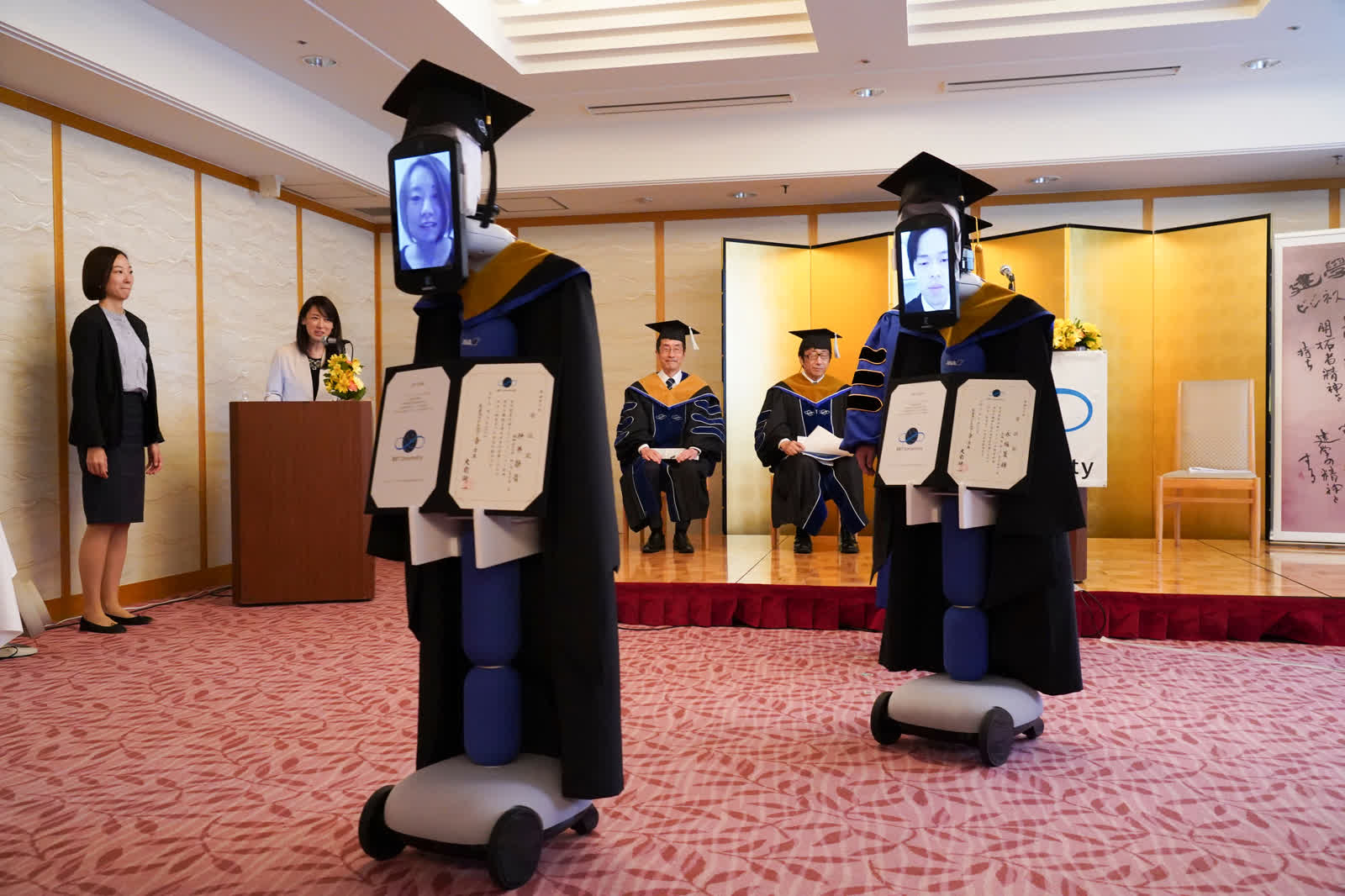 3 дугаар сарын 28: Коронавирусний цар тахлын улмаас Токио дахь Бизнесийн их сургуулийн төгсөлтийн ёслолд робот ашиглан виртуал үйл ажиллагаа зохион байгуулсан байна. Төгсөгчид өөрсдийгөө роботоор орлуулсан байдал... /Photo by BBT University/