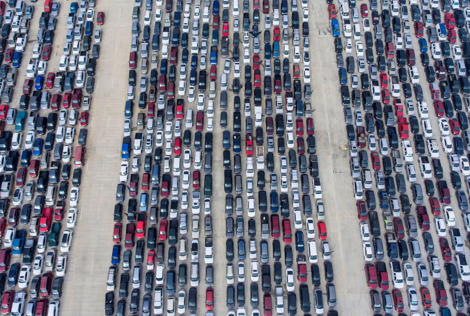 4 дүгээр сарын 9. Сан Антонио хотын авто зогсоол. Хүнсний сангаас хоол тарааж эхлэхийг автомашиндаа хүлээж буй хүмүүс... Коронавируснийцартахлын улмаас сая сая Америкчууд ажилгүй болж, гэр бүлүүд ийнхүү хүнс түгээхийг хүлээх болжээ. /Photo by William Luther/