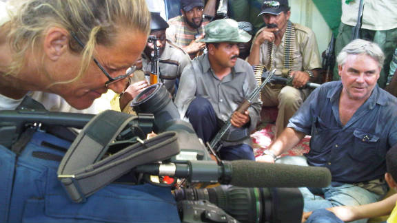 CNN's Ben Wedeman (R) and camerawoman Mary Rogers interview residents in Sabha on September 21.