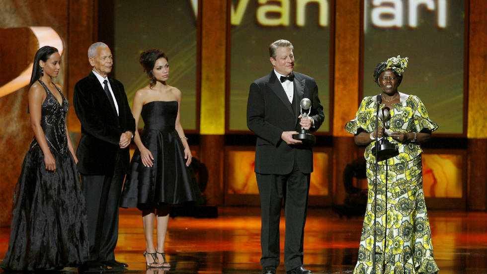 Receiving the Chairman's award alongside fellow environmental campaigner and Nobel Prize Winner, Al Gore at the NAACP Image Awards in 2009. Maathai is survived by her three children and grandaughter.