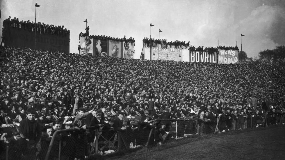 On October 12, 1935 a club-record 82,905 fans crammed into Stamford Bridge to see the match between Chelsea and Arsenal.