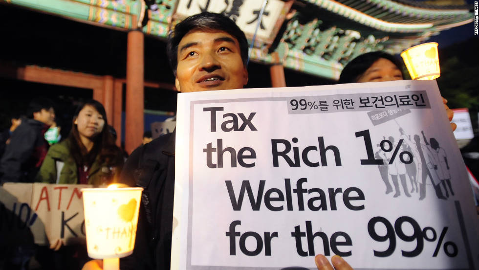 A protester in Seoul, South Korea, holds up a banner in front of the main gate of Deoksu palace on Saturday.