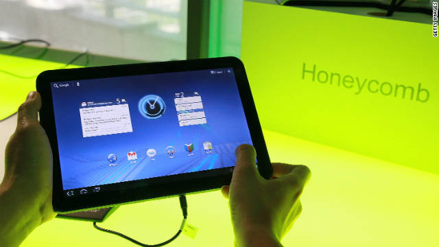 Google's Android 3.0 Honeycomb OS is demonstrated on a Motorola Xoon tablet.