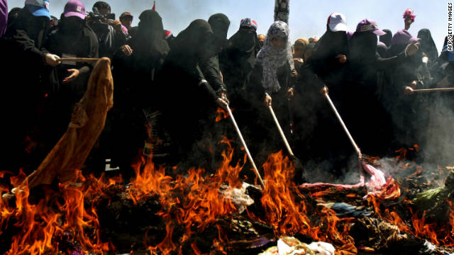 Yemeni women burn veils in protest