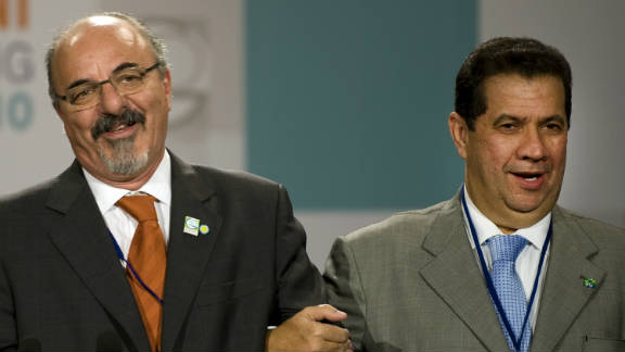 Labor Minister Carlos Lupi (right) with Argentinian Labor Minister Carlos Tomada (left). Lupi is accused of corruption.