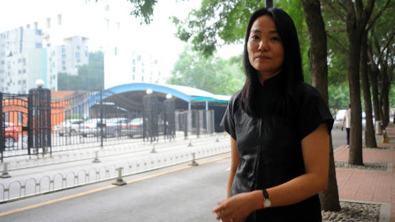 Lu Qing, the wife of Chinese artist Ai Weiwei, has been told she must not leave Beijing after being questioned by police.