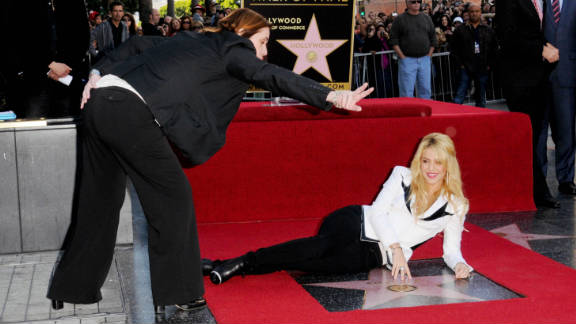 Martinez directs which cameras singer-songwriter Shakira should look to.