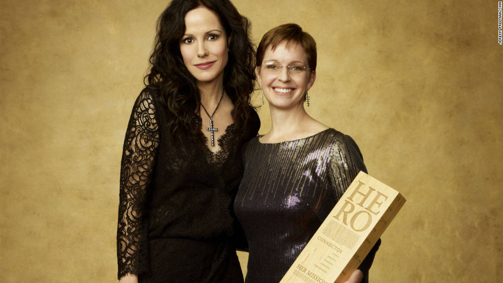 Actress Mary-Louise Parker joins CNN Hero Amy Stokes.