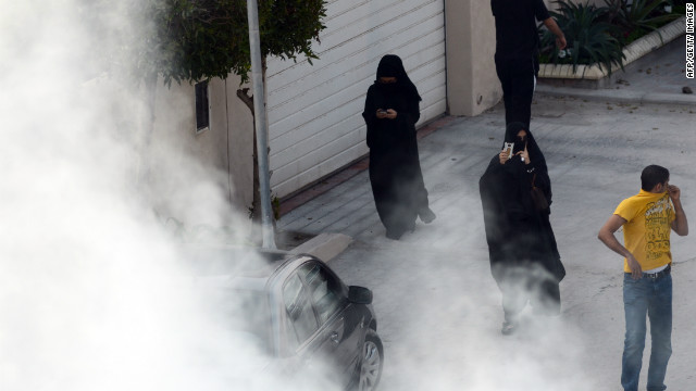 (file photo) Bahraini anti-government protesters seek cover during clashes with police in Zinj Village on December 23, 2011.