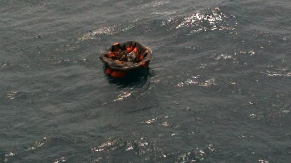 Barcos y helicópteros acudieron al lugar para tratar de salvar a decenas de personas que quedaron a la deriva en el mar por el hundimiento.