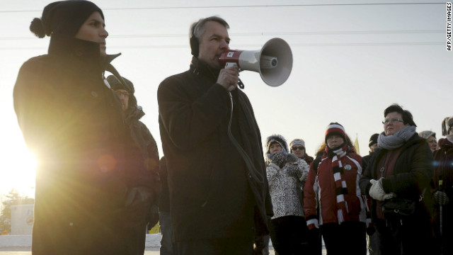 Pekka Haavisto (C), Finland's first openly gay presidential candidate, campaigns in Inkeroinen on February 3, 2012.