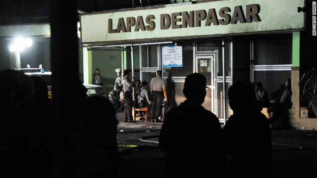Indonesia police prepare to enter a prison during riot at Kerobokan prison in Denpasar on the Indonesian resort island of Bali on February 22, 2012.