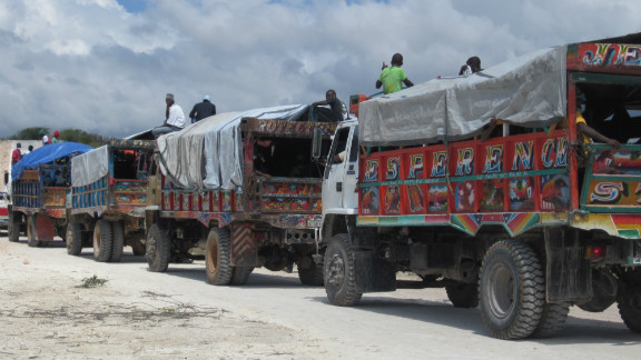 There are not enough convoys like this one to carry the thousands of Haitians who want to leave the Dominican Republic.