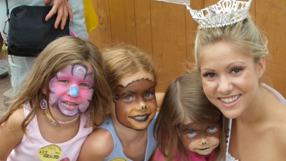 Haglund takes time to pose with some young girls at a fair in Michigan as Miss Oakland County in 2007.