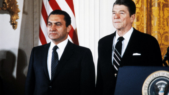 Mubarak poses with US President Ronald Reagan at the White House in 1982.