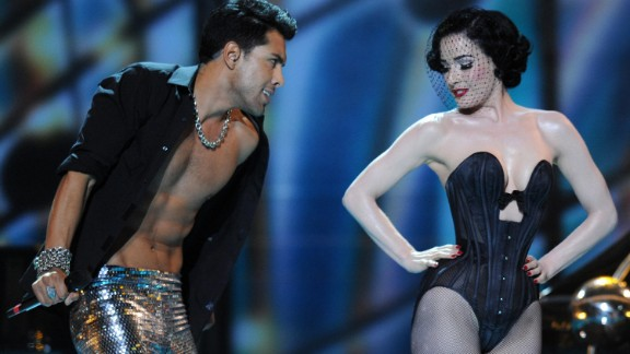 Burlesque artist Dita Von Teese accompanies German duo Alex Swings Oscar Sings! in the 2009 contest.