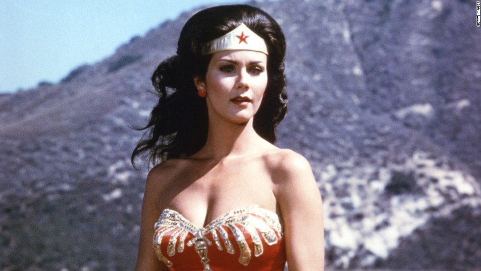La Mujer Maravilla, interpretada por Linda Carter, luchaba contra el crimen en la serie para televisión The New Adventures of Wonder Woman que se estrenó en 1975.