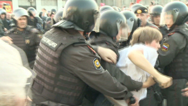 Protesters clash with police in Moscow