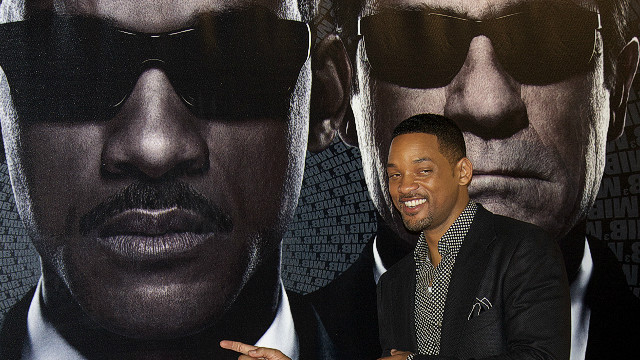 Will Smith slaps guy moving in for kiss
