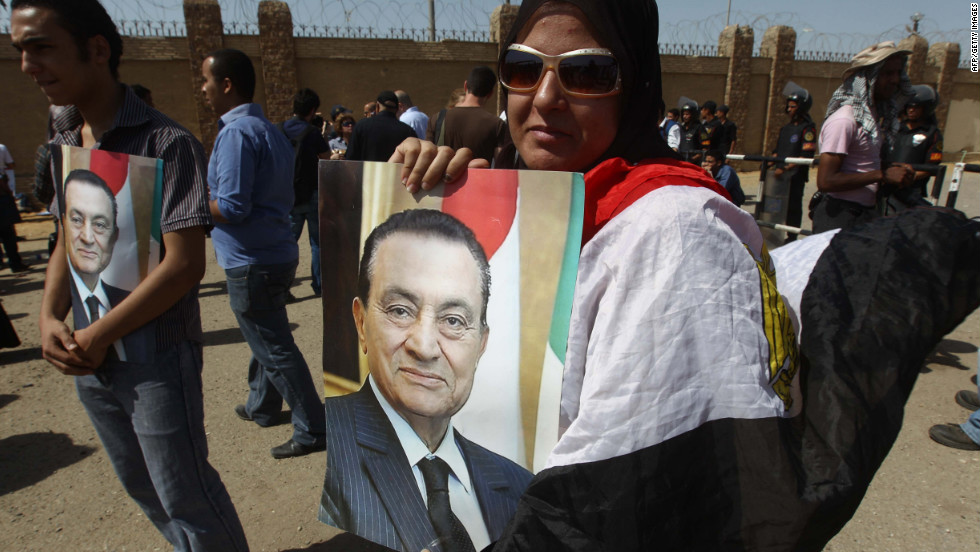Mubarak supporters also showed up outside the courthouse, carrying signs and portraits.