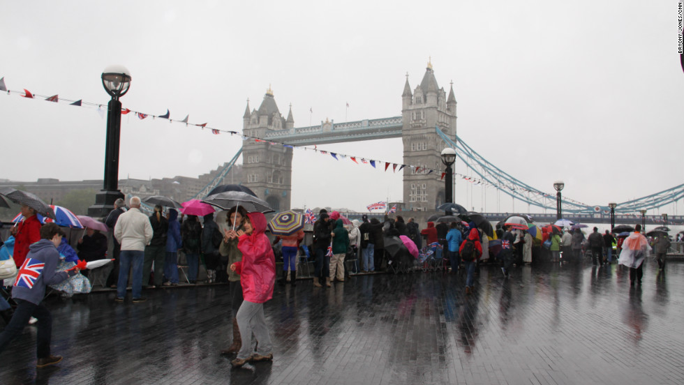 Despite the rain, tens of thousands gathered to get a good spot in time for the 1000-boat flotilla in the celebration of the queen's 60th year on the throne.