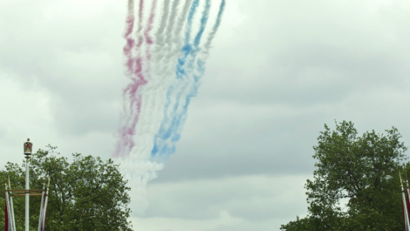 The Red Arrows fly over Buckingham Palace to celebrate the Queen